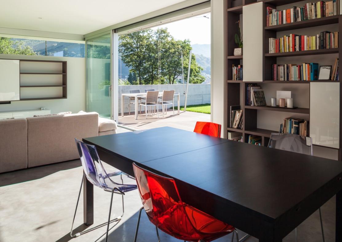 boekenkast op maat in modern huis